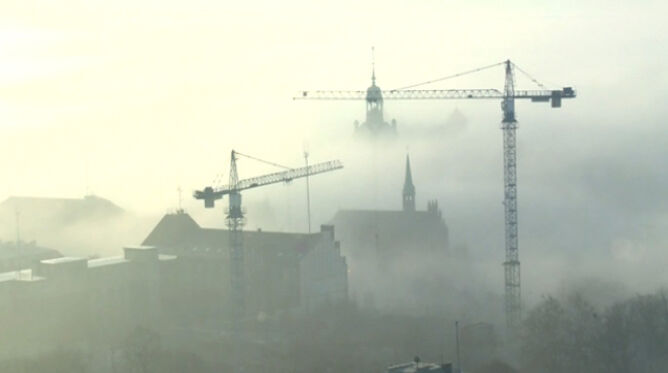 Bajeczna mgła nad miastem, w którym słońce wstaje najpóźniej