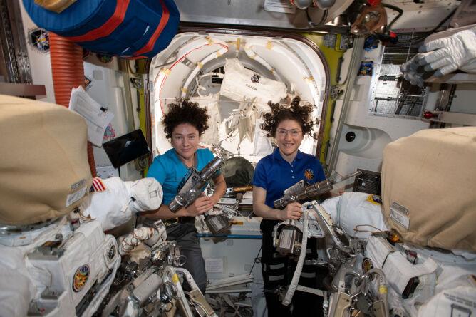 Jessica Meir (z lewej), Christina Koch (z prawej) (NASA)