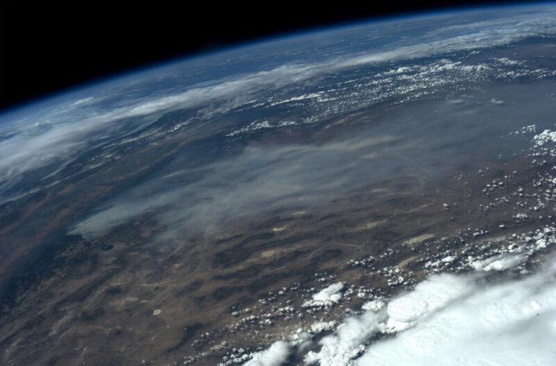 Dym z pożarów w Kalifornii widziany z Międzynarodowej Stacji Kosmicznej