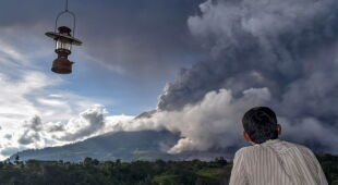 Wulkan Sinabung z Indonezji (PAP/EPA/DEDI SINUHAJI/BNPB HANDOUT/SARIANTO SEMBIRING)